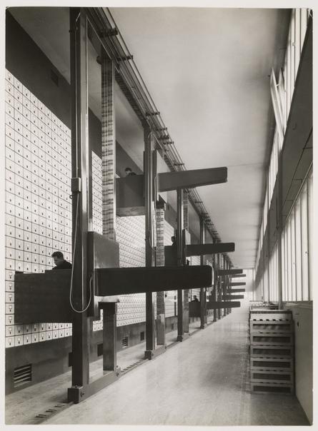Фотографии из офиса Пражского Управления Социального Обеспечения, 1937 год. На тот момент самая большая в мире вертикальная система архивации документов. Состояла из цельных шкафов от пола до