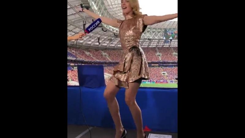 Наталья Водянова танцует «Калинку-Малинку»