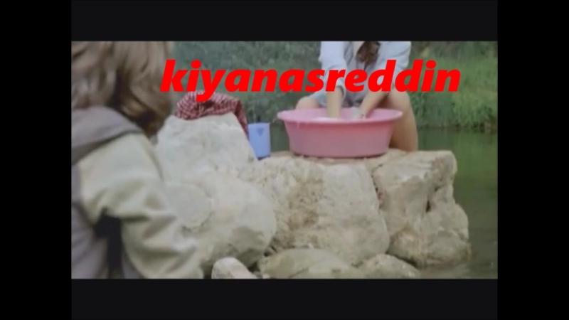 Türk filminde küçük erkek çocuğun derede çamaşır yıkayan Melis Birkan'ın frikiğini görmesi)
