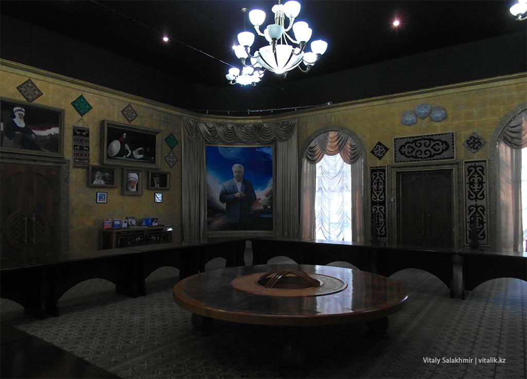 Стол в музее Айтматова, Рух Ордо, Чолпон Ата
