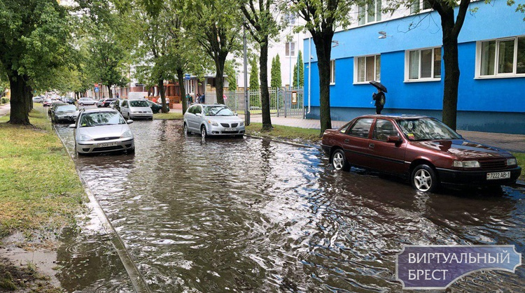 Ливень слегка подтопил улицы города - обложило конкретно