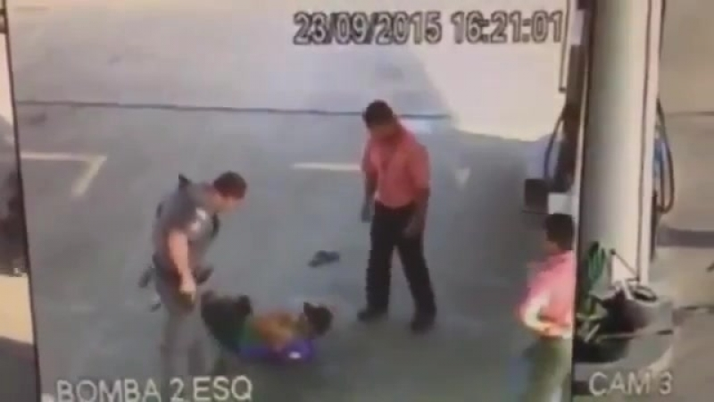 Oblivious criminal tries to mug someone in front of two cops