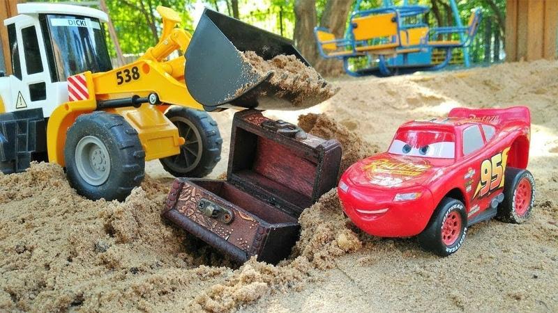 Маквин нашел клад в песке Мультики про машинки в Песочнице