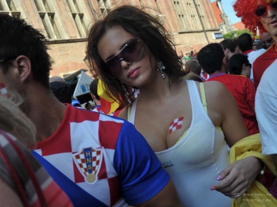 Девушки футбольные болельщицы на Чемпионате Европы 2012, Хорватия