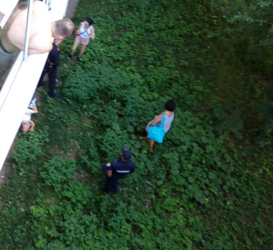 В Чайковском с балкона пятого этажа выпала 6-летняя девочка