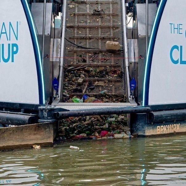 Экоактивист из Германии создал катамаран, который собирает до 50 тонн мусора в д...