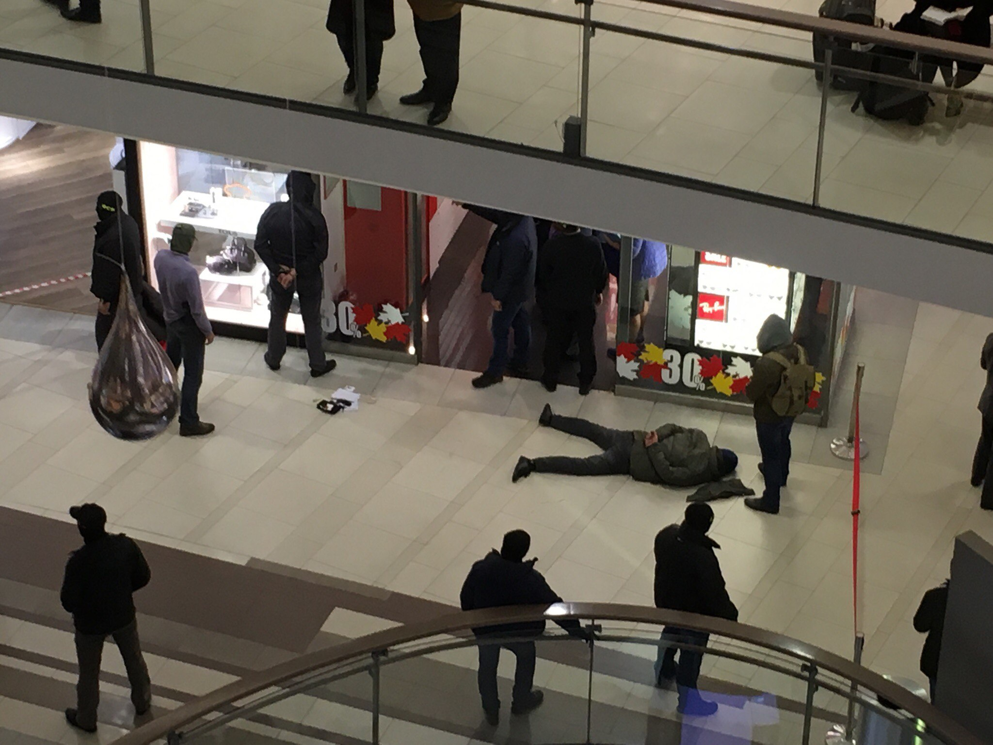 Работники ФСБ проводят специализированную операцию вТЦ «Стокманн» вПетербурге— Очевидец