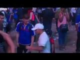 Юный португальский болельщик утешает французского фаната после финала Евро 2016!