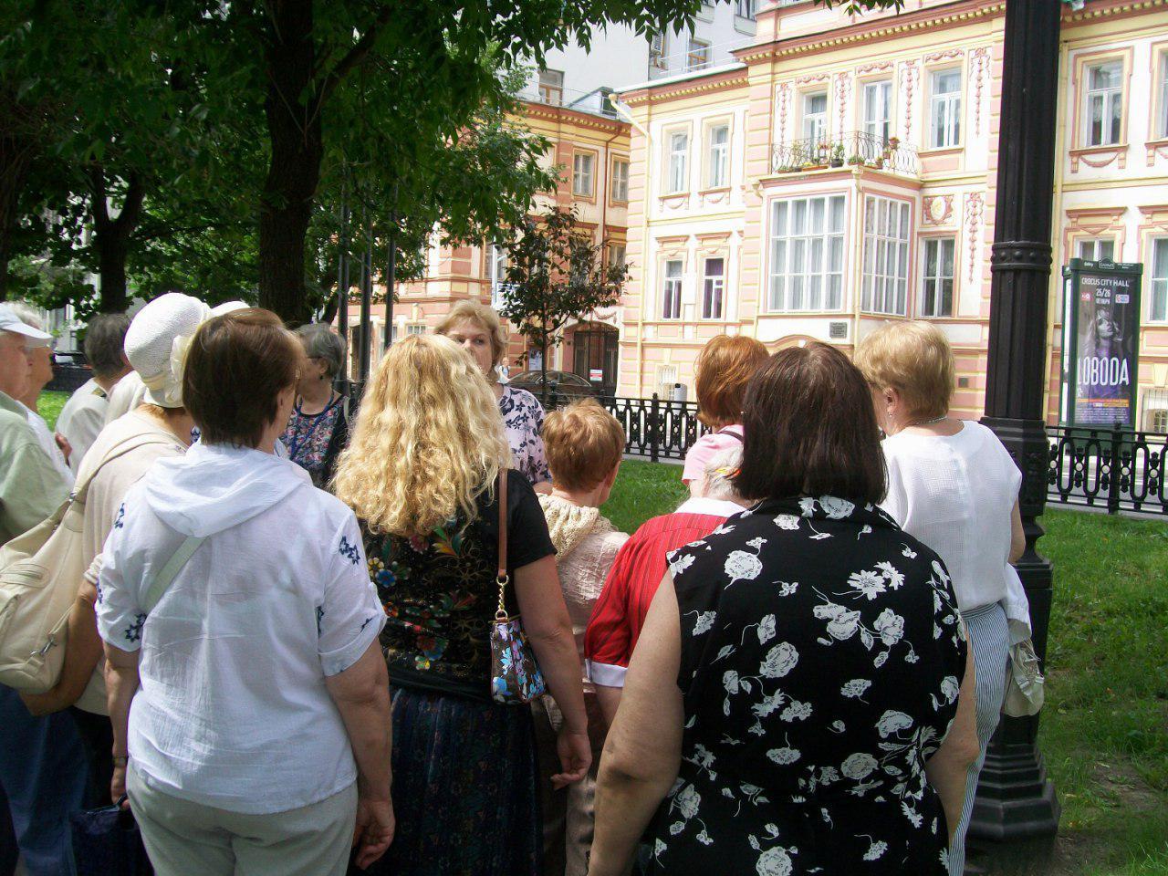 Читатели библиотеки № 26 Ховрина прогулялись по театральным бульварам Москвы