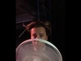 Галкин пародирует с помощью вентилятора