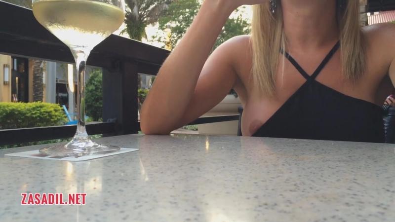 Случайно засветила сиську в кафе - zasadil net (720p).mp4
