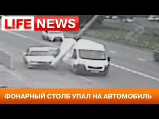 На севере Москвы после аварии на авто упал столб