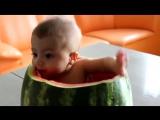 Ребенок ест арбуз