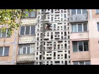 Жуткое видео наркоман падает с 6 этажа и остается жив, кошмар.