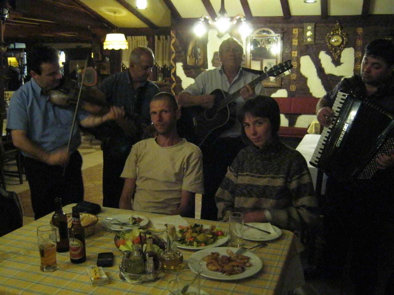 Музыканты в ресторане играют музыку для русских гостей