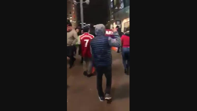 Азербайджанцы провожают хачей домой после матча Арсенал Карабах