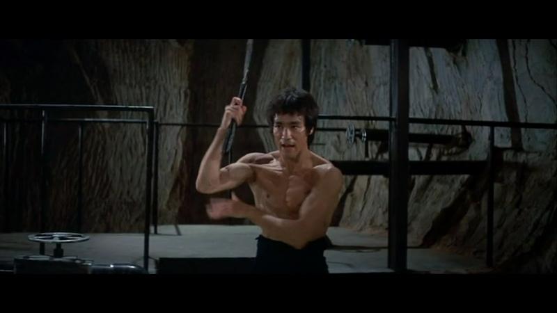 Брюс Ли. Знаменитая сцена с нунчаками из фильма Выход Дракона 1973 года.