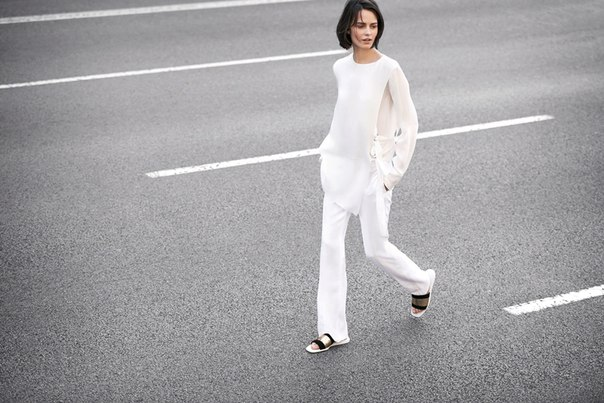 Белый — главный цвет сезона, а белый тотал-лук — обязательный наряд для всех, кто стремится следовать тренду. Рассказываем, как носить самый сложный цвет и с чем сочетать белые вещи