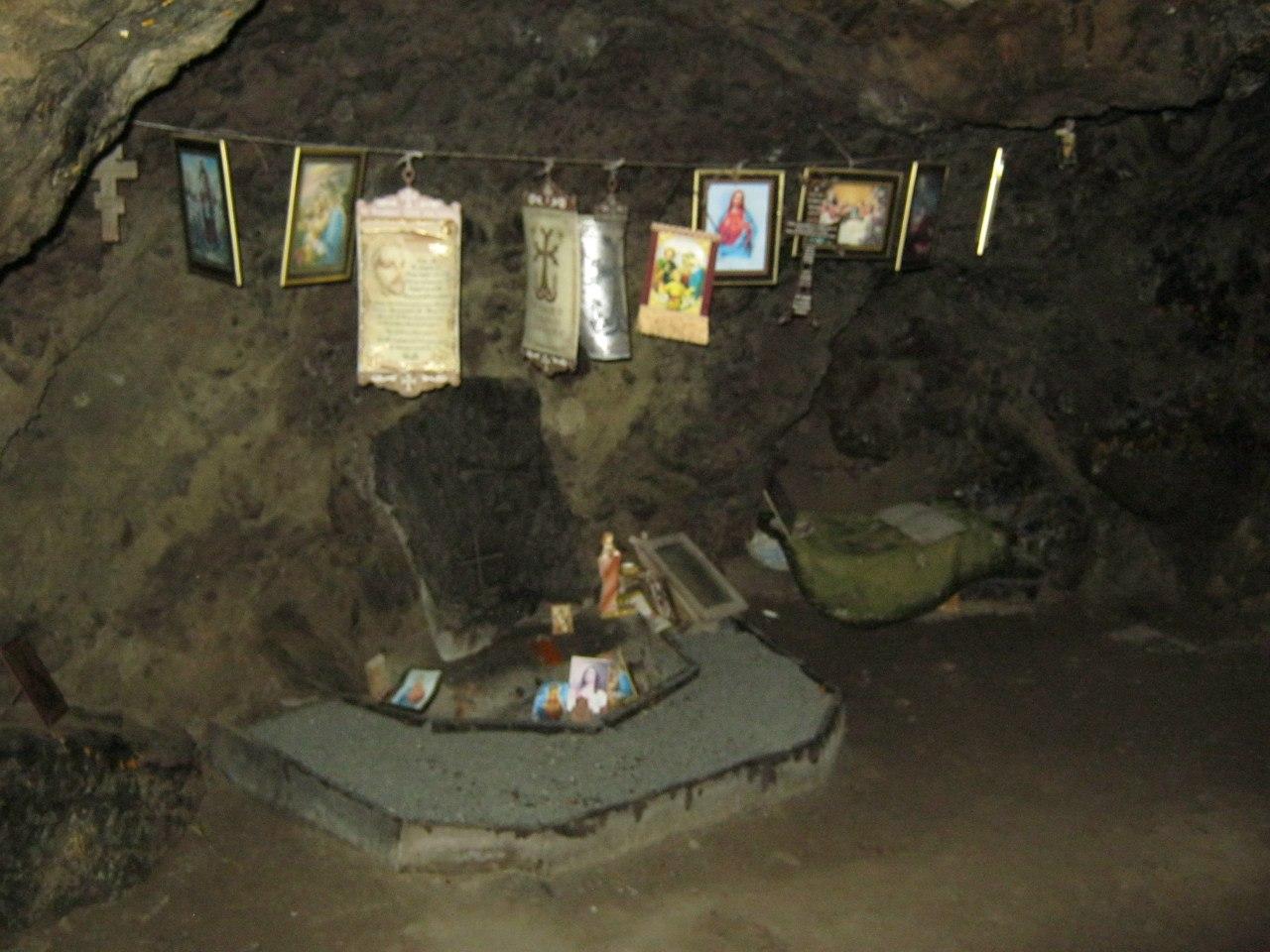 Пещерное святилище под природным мостом в Цаккар=Таккар