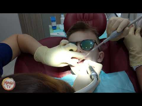 MinukiTV у стомотолога. Лечим зубки. Федя молодец! Мы у детского стомотолога, получаем подарки!