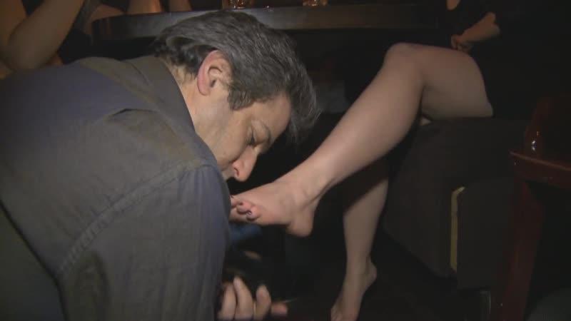 Mistress T public foot-fetish licking feet femdom slave domination shoes госпожа подчинение ножкивтуфлях каблуки