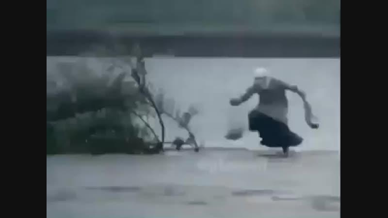 [v-s.mobi]Бабка скачет по воде (1).mp4
