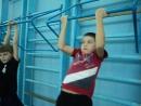 Урок в 3 Б Подвижные игры с баскетбольным мячом, девочкииграют, мальчики ждут очередь, подтягиваясь на перекладинах.