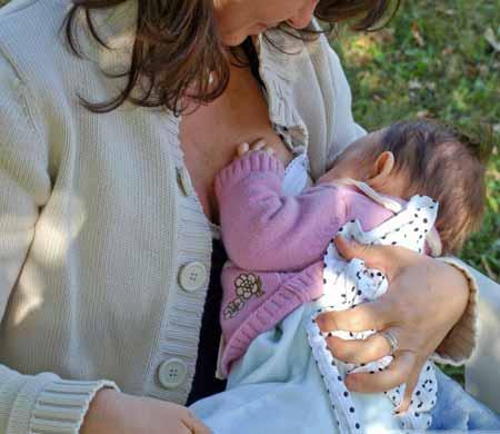 Некоторые исследования показывают, что наличие детей и кормление грудью могут снизить риск рака яичников.