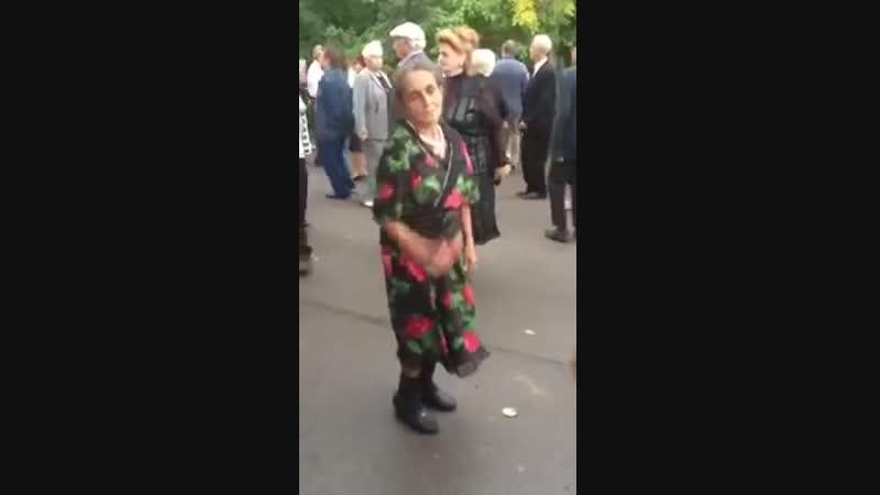 [v-s.mobi]Прикольная Бабушка танцует-Смотреть всем.
