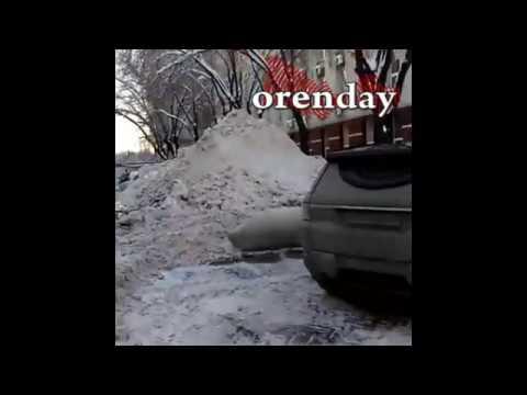 Всё лучшее детям от мэрии коммунальщики сгребают снег к Дворцу творчества