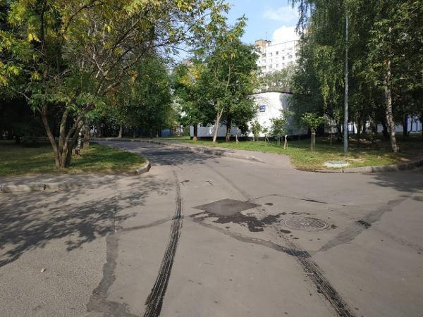 Во дворе на Алтушке отремонтировали асфальт