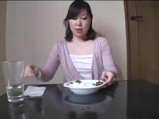 Японка пьёт мочю и есть говно с рисом.