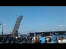 Боевые корабли проходят по Неве через разведенные мосты