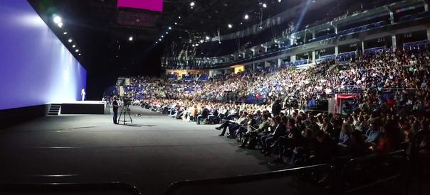 Очень много народу. Яндекс собирает стадионы.