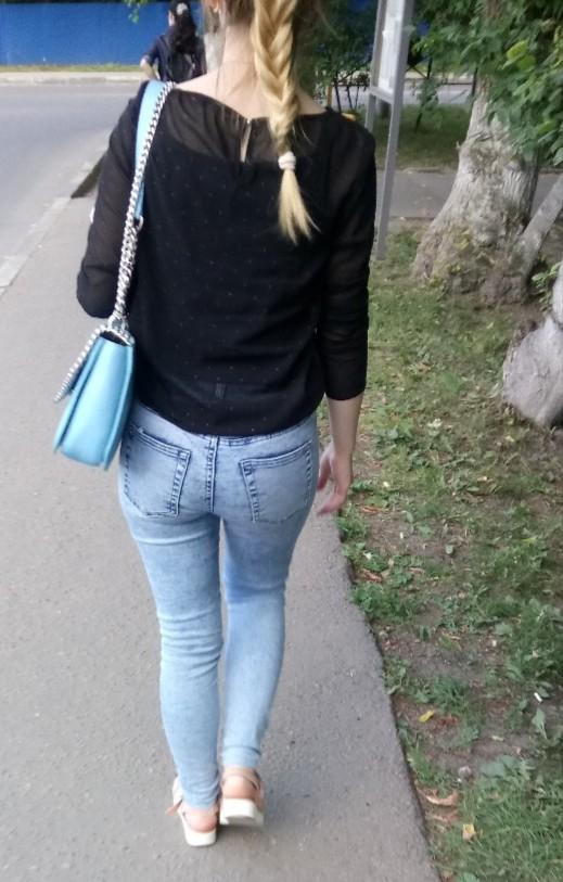Schoolgirl Breasty en falda del burlas atractiva
