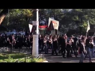 Украинцев напугали мусульмане, прошедшие подчёрным флагом поОдессе