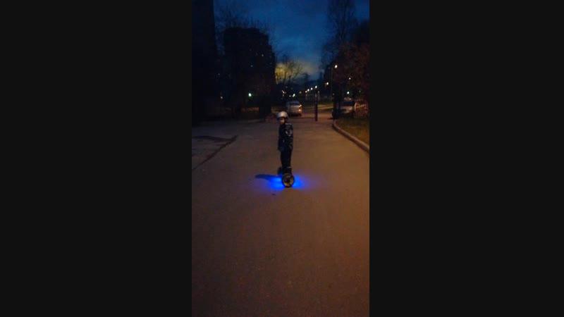 Владюша осваивает гироскутер