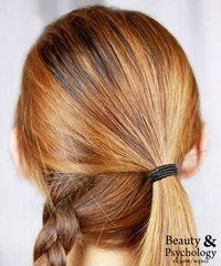 Помыть голову шампунем и нанести бальзам для волос, затем посушить феном. шаг2.  Отделить расческой пробор в задней.