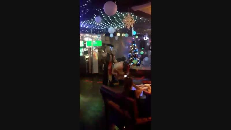 Всем посчастливилось 😊 в Новогодние праздники посмотреть оХРЮнительныц стриптиз от ресторана Япона Мама Если нет то специа