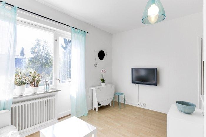 Интерьер квартиры-студии почти 26 м в бело-голубой цветовой гамме.