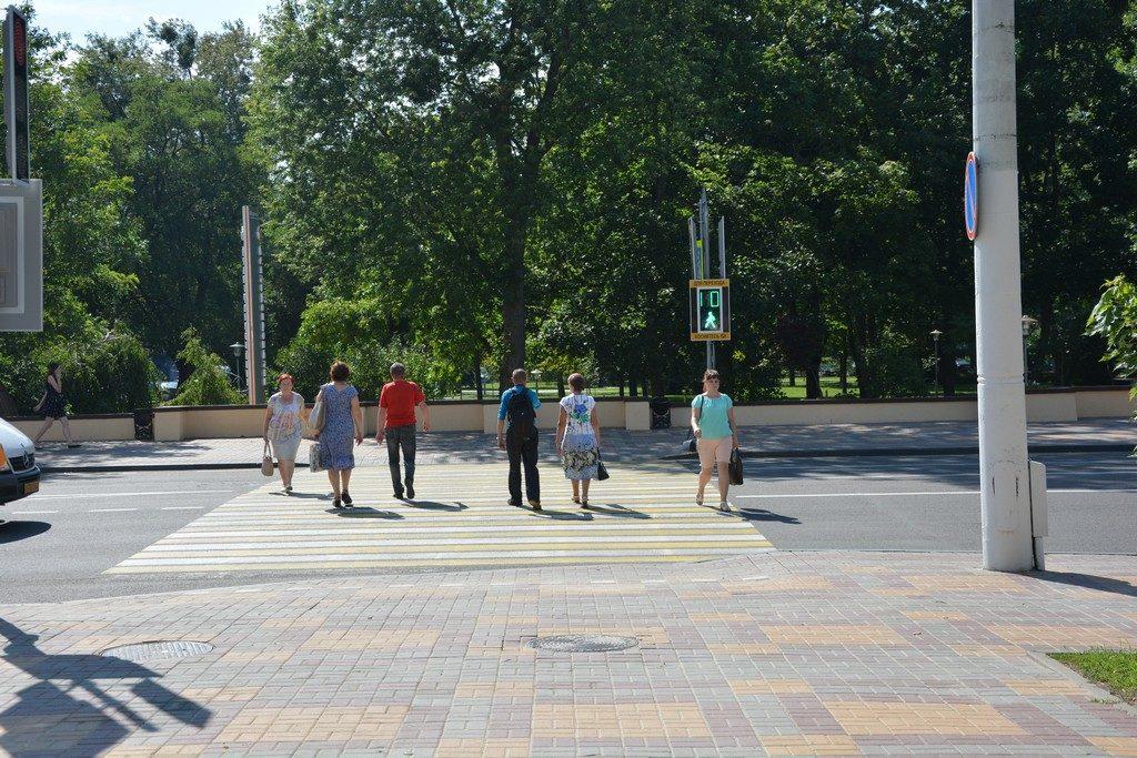 Новый светофор заработал на пешеходном переходе напротив сквера Иконникова