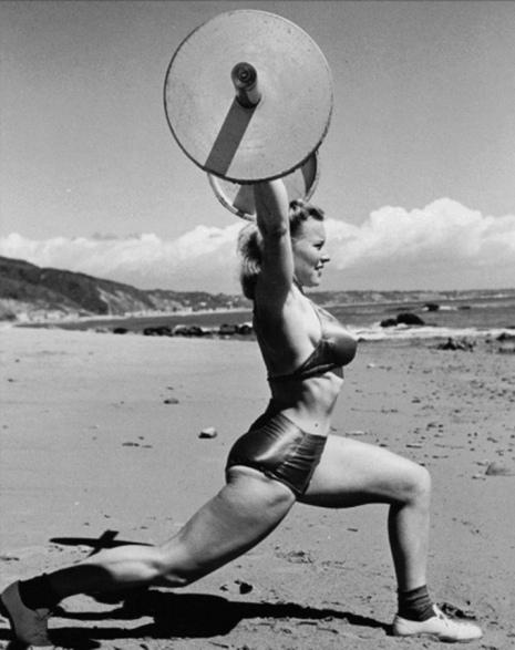 Как выглядели первые женщины-бодибилдеры начала XX века Познакомьтесь с грозными, но очаровательными женщинами-бодибилдерами начала XX века. Именно они перешагнули через общественные нормы и
