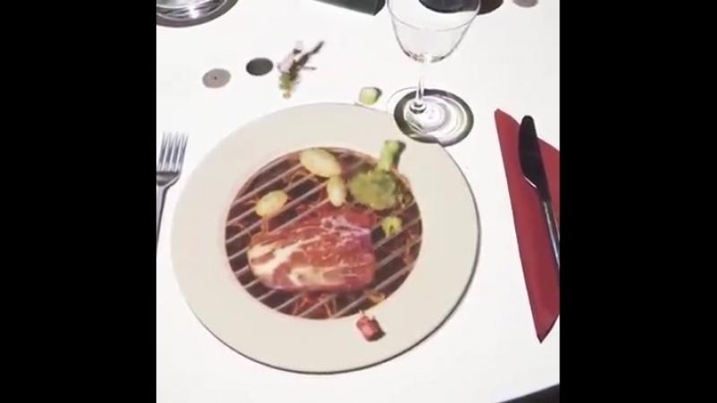 Этот ресторан в Италии развлекает гостя с дополненной реальностью, используя 3D-проекцию, пока их заказ не будет готов. Блестяща
