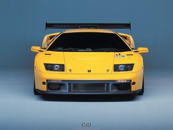 Lamborghini Diablo GTR 2000 год. После четырех лет участия Diablo SVR в моносерии Diablo Supertrophy для сезона 2000 года в компании построили обновленную версию с индексом GTR в основу которой легла выпущенная ранее GT. Большинство компонентов подверглось ревизии и модернизации. Новое шасси обзавелось облегченными подрамниками с усиленными точками крепления двигателя и трансмиссии, интегрированным каркасом безопасности, более жесткой подвеской, внешними масляными радиаторами трансмиссии и…