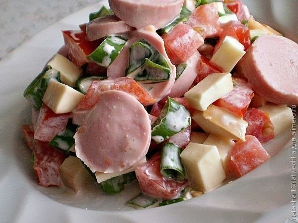 салат баварский ингредиенты:сосиски молочные — 5 шт.помидоры — 2 шт.сыр твердых сортов — 200 гзеленый лукмайонез для заправкисоль по вкусуприготовления:1.сначала сосиски отвариваем 10 минут.