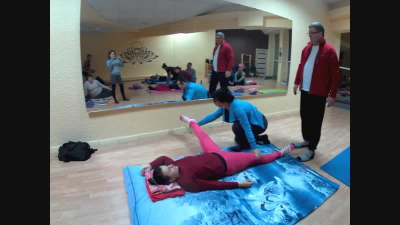 Йога-студия ОМ - занятие в группе Парного Стретчинга (спина и шея)