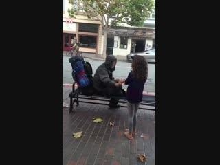 Une petite fille voit le SDF à l'extérieur du restaurant et voilà ce qu'elle fait!!!