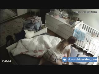 Молодая симпатичная мамка переодевается в спальной комнате | young pretty mother changes clothes in bedroom
