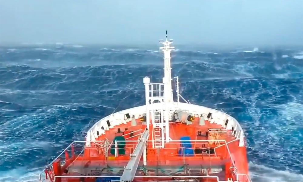 Шторм?.. Обычный рабочий день в Индийском океане. Видео.