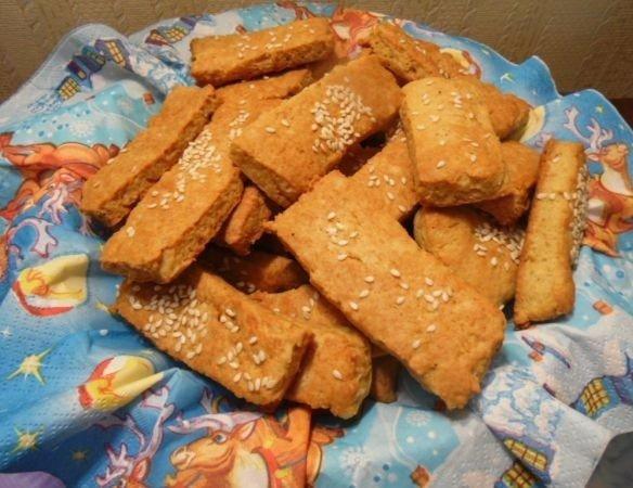 сырные палочки с кунжутом что нужно: мука 1 стаканассорти сыров 200 г ( можно использовать только плавленный сыр, например)сливочное масло 100 гяйцо 1 шт.сода 1 ч.л.соль на кончике ножа ( если